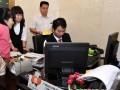中国工商银行广州中石化大厦支行的工作人员在为市民办理购票业务 (1)